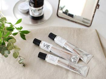 暮らしに寄り添う日本製プロダクトを提案するVIE(ヴィー)。同ブランドから登場したこちらのハンドクリームは、その素材すべてが植物性。シアバターを中心に、肌に優しい保湿成分がたっぷりと入っています。
