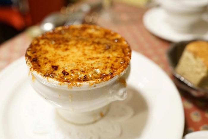 フランスで修業を積んだ料理長が手掛けるお料理は、本格的でありながら肩肘張らずにいただけるのが魅力。中でも人気メニューのひとつが、「オニオングラタンスープ」です。このスープをお目当てに来店する方も多いそう。本場フランスの味を楽しめます。