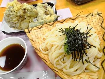 もちろん、定番のざるもあります。こちらは、天ぷらがセットになった「楓」。つるっとしたのど越しと弾力感が味わえます。昆布とかつおの出汁が効いたつゆは、上品なまろやかさ。寒い季節でも、水沢うどんはざるで食べたいという常連さんも多いんだとか。