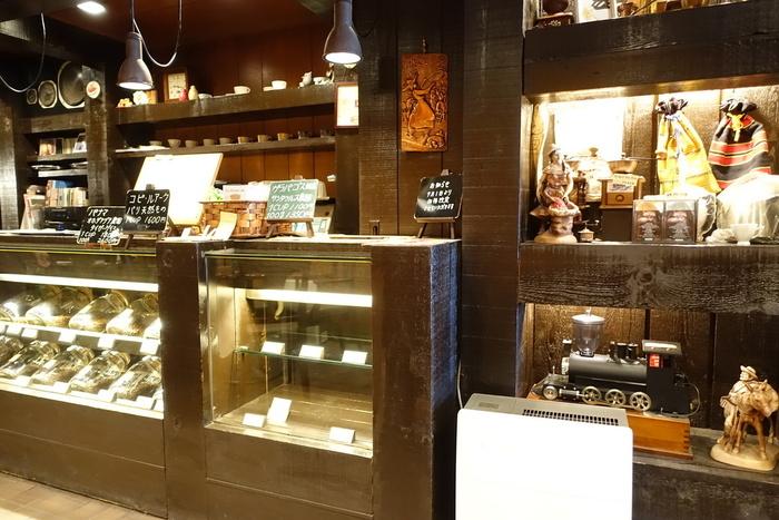木を基調とした店内で、入店した瞬間ほっとした気持ちになれるはず。アンティーク感のあるディスプレイからも温かみを感じますね。