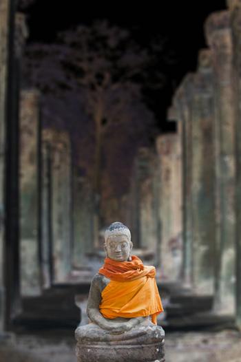 """ほかにも""""正しい道""""という仏教の教えにある「八正道」はヨガ哲学の教えに通づるものがあります。 いつも冷静に客観的に物事をみつめましょう、という原始仏教の教えは、ヨガのポーズをとりながら自分の体や心にフォーカスしてじっくり観察していく、のと似ていますね。 「大事にしているポイント」がヨガと仏教では共通しているところも多いのです。"""