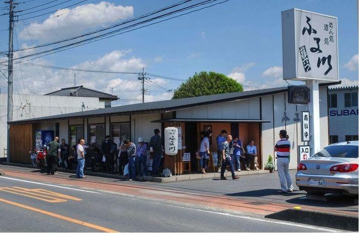 東武桐生線・わたらせ渓谷鉄道の相老駅から歩いて5~6分ほどのところにある「麺処酒処ふる川 暮六つ」は、地元をはじめ遠方から訪れる方も多い人気のうどん店。週末には行列ができることもあるんですよ。