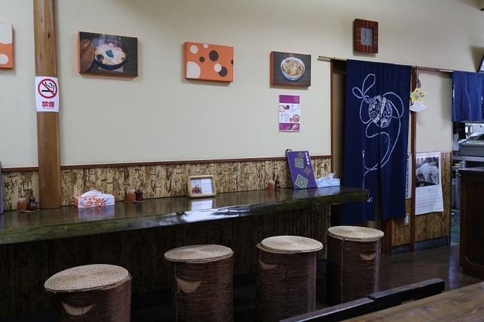 カウンターとテーブル席のある店内。観光客だけでなく、地元の方も多く訪れるお店は、いつも活気にあふれています。