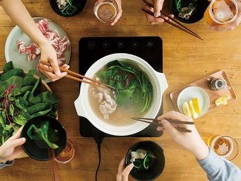 冬の寒い日はみんなで囲む「鍋料理」も一番のごちそうになります。心も体も温まり、会話も弾みます。