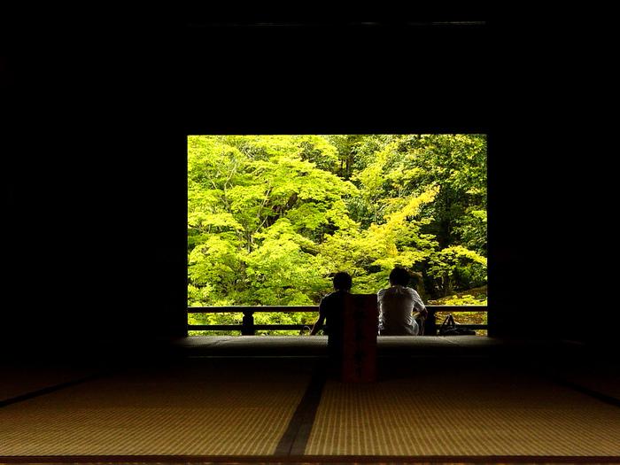 いかがでしたか?お寺で行うヨガの魅力と、寺ヨガが体験できるスポットをご紹介しました。 ヨガは本来、瞑想や祈り、奉仕活動などを含めた総合的な修行のことであるといわれています。そのゴールは「心の平穏と調和」、つまり「本当の幸せ」に気付くこと。お寺の静寂な空間の中でゆっくりと身を委ね、心と体を日々の忙しさから解放してみませんか?