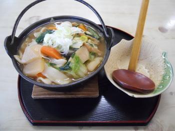鉄鍋のおっきりこみうどんは、寒い日にうれしいメニュー。アツアツのお鍋には、根菜やネギ、青菜などがたっぷり入っています。