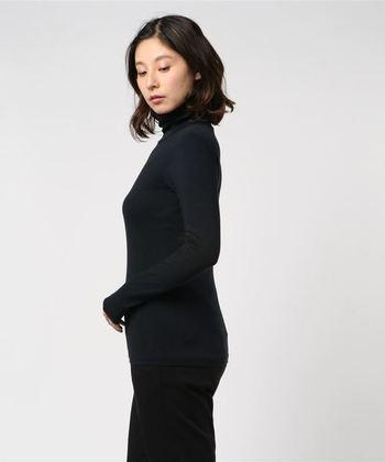 【保温性インナーの特徴】 体に密着して、熱を逃がさない効果に優れている服です。その反面、汗をかいても乾きにくいという特徴も。つまり、汗をかかないこと前提で、着ることが大切。ヒートテックを着るときこそ、脱ぎ着しやすい羽織りアイテムが活躍しますね。