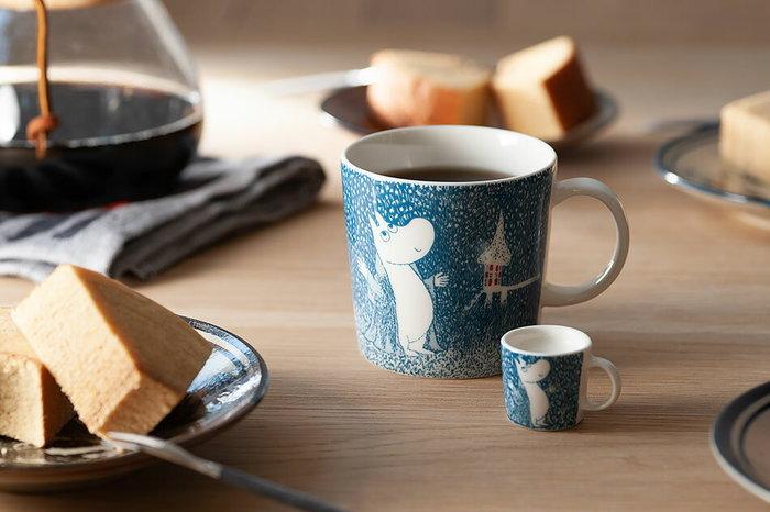 フィンランドの磁器ブランド「アラビア(ARABIA)」のムーミンマグカップです。北欧らしいモダンなデザインで、日本にもファンが多いブランドです。 こちらは冬眠から目覚めてしまったムーミンがムーミン谷に降る雪をうっとりと眺めている絵柄で、寒い冬のお供にぴったりのデザイン。ミニマグはミルクピッチャーやオーナメントとして使うのがおすすめです。2018年冬季限定のデザインなので、欲しい方はお早めに。