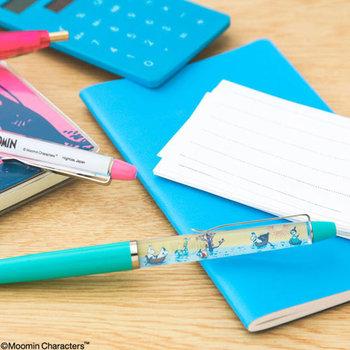 「ムーミンは好きだけど、キャラクターだとすぐに分かってしまうデザインは持ちにくい」という方におすすめなのが、こちらのボールペン。ボディ部分を傾けるとムーミンたちがスーッと動き、水辺を横切っていくデザインになっています。仕事や勉強などの書き物に使えば、ふとした瞬間に癒されそうです。