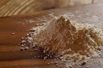"""また「使わない」ということにも大きなこだわりが。  小麦粉は使いません。 無農薬、無肥料のお米を焙煎した「ふなくぼ農園の""""焙煎玄米米粉""""」を使用しています。  ふなくぼ農園は、新潟県南蒲原群田上町で「人にやさしく 自然にやさしく」をモットーにお米、野菜、にわとりを飼育している農家さんです。"""