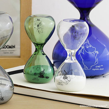 こちらはガラス製の砂時計です。絵柄が上下で違うので、置き換えると違う表情が楽しめます。計測時間は約3分。時間を測るときに使ってもよいですし、眺めて癒されるのもおすすめです。