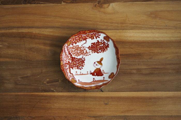 こちらは石川県の伝統的な焼き物「九谷焼」とムーミンがコラボした小皿です。日本画のような雰囲気のある空間にたたずむムーミンキャラクターが印象的。色絵の美しさが特徴である九谷焼ならではの、繊細かつ大胆な絵柄です。和のおかずを華やかに盛り付けることができそうですね。