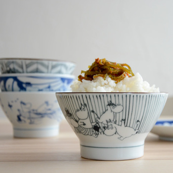 ムーミンキャラクターと一緒にご飯の時間を楽しめる飯碗です。安定感のある形は、江戸時代に商人が戦場で食事をする際に使っていた「くらわんか椀」をモチーフにしているそうです。長崎県の伝統的な焼き物「波佐見焼」で作られています。シンプルで飽きのこないデザインなので、どんな食卓にもマッチします。