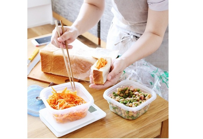 浅草の老舗「ペリカン」の食パンでサンドイッチを作成中。サンドイッチ、具材ともに素材にもこだわってよりおいしく*