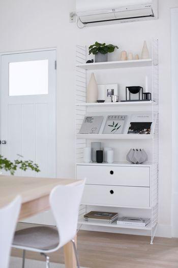 お気に入りの雑貨は部屋の中で置く場所のポイントを絞って、一箇所にまとめて飾りましょう。 可愛いからと、所狭しと置くのはごちゃついた印象を強めてしまいます。  こちらはシェルフを使って雑貨コーナーとしてまとめて飾っていますね。