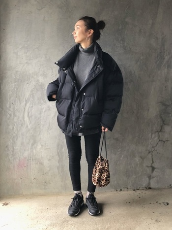 ブラック系でまとめてメンズライクな雰囲気に。ボリュームダウンと合わせて、カジュアルにコーディネート。  (※イメージ画像のため、着用している靴はLunarタイプではありません。)
