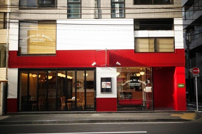 「クリントン・ストリート・ベイキング・カンパニー」は、表参道のB1出口から徒歩6分のところにあるお店です。2001年にニューヨークでオープンして以来、世界中に人気が広まり、日本にもお目見えしました。本場の味が堪能できるメニューだけでなく、まるでここが日本であることを忘れてしまいそうなニューヨークの雰囲気も味わえます♪