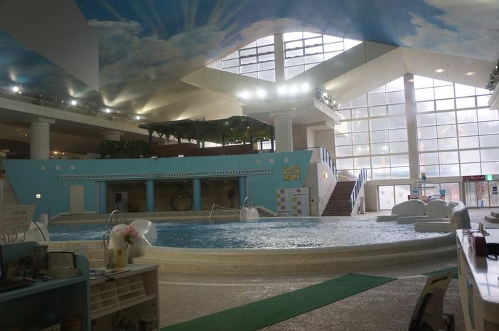 水着着用で、みんなで楽しめる温泉があります。広々とした浴場で、お子さんものびのび楽しめますよ。ご家族一緒に入れるのが嬉しいですね。水着はレンタルがあります。