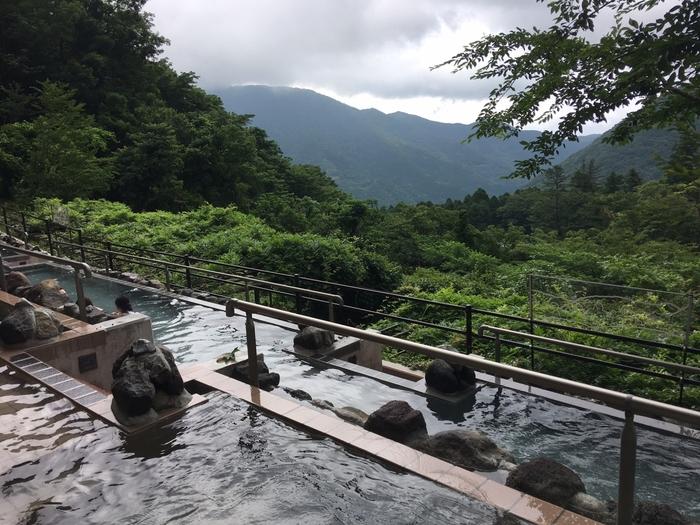 こちらも水着着用の屋外エリア。箱根の山々を見渡せる展望露天風呂です。秋には木々が紅葉で染まり、超絶景を楽しめます。