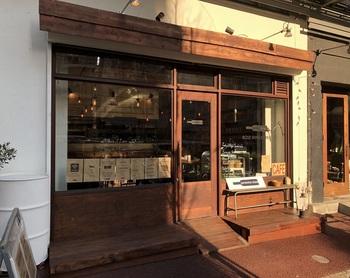 """""""ロゼワインに合うサンドイッチ""""がコンセプト。ロゼワインと料理のマリアージュを楽しむ店として2017年にオープン。  天元豚や有機野菜を用いた料理を提供する池尻大橋の『ビストロ13区』のプロデュースで、2つの店は歩いて数分の距離にあります。"""