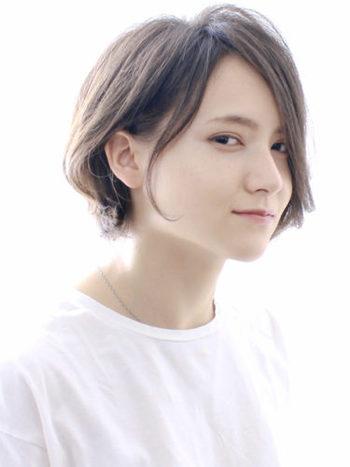ハチ張りさんの場合は、髪の分け目をセンターにせず左右どちらかに寄せて四角い形を軽減させましょう。前髪を横に流して顔の形のバランスをとってみては。