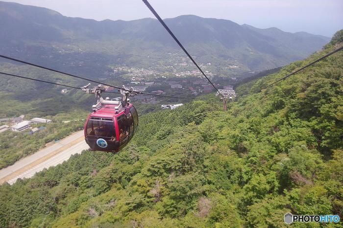 箱根エリアでの移動手段は箱根登山電車、ケーブルカー、ロープウェイ、バスなどさまざまです。「箱根フリーパス」を購入すると、エリア内の乗り物が乗り降り自由の他、いろいろな施設での優待も付いています。お得に箱根を味わいましょう。