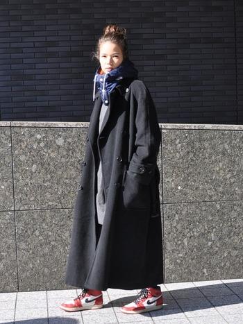 オーバーサイズのチェスターコートと合わせた赤いスニーカー。ボリューム感のあるハイカットを冬はブーツ感覚で履きこなしても◎。