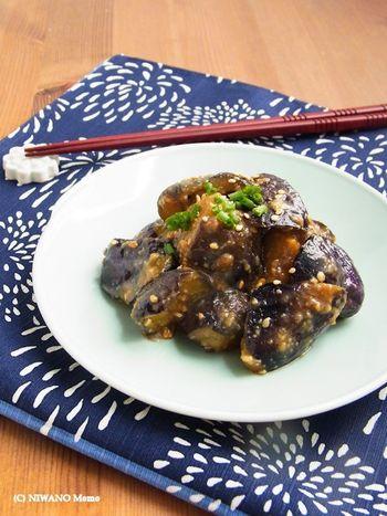 油と相性のいいなすは、中華料理でいただくとそのおいしさを再確認できるはず*  味噌で炒めたら、仕上げに花椒を振りかけましょう。甘辛い味噌の粗熱がとれて、味が染みこむところに、花椒プラス。風味豊かな味わいで美味しいですよ。