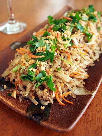 タイ料理の春雨サラダを和風にアレンジ。味わいのアクセントに、実山椒を使っています。  タイ料理も辛さを楽しめる料理ですが、山椒を使うことで違った痺れと香りを楽しむことができます。