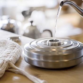 意外と重要なのが湯たんぽに入れるお湯の量。 湯たんぽの素材や種類にもよりますが、基本的にはしっかりと口元まで入れるようにしましょう。お湯が少なすぎると容器の変形などの原因になったり、キャップが空かなくなってしまったりすることがあるそうです。こちらも事前にしっかり確認しましょう。
