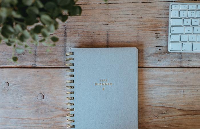 「バレットジャーナル」に慣れるまでは、記号と箇条書きだけのシンプルな構成がおすすめです。「これなら続けられそう!」と実感できたら、「バレットジャーナル」専用に一冊のお気に入りのノートを用意しましょう。「バレットジャーナル」の基本となる、インデックスやフューチャーログの作り方をご紹介します。