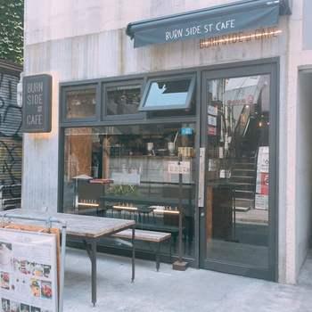 「BURN SIDE ST CAFE(バーンサイドストリートカフェ)」は、表参道駅A2出口から徒歩6分のところにあるお店です。 2012年に大阪でオープンしたパンケーキ&スープダイニング 「elk(エルク)」の姉妹店になります。行列ができる西日本のパンケーキ店のおいしさを表参道で味わえます。  店内はカジュアルな雰囲気で、カウンター席もありますので、ふらりと一人で立ち寄るのもおすすめ♪土日祝日は8時30分から利用できますよ。