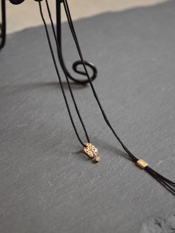 フランスのヴィンテージレースから型を起こした「別注Lace Necklace」は、女性らしさをさらりと感じさせる華奢で上品なデザインが印象的です。トップにあしらわれたダイヤモンドと、10Kゴールドのマットな光沢が大人可愛い雰囲気。どんなスタイルにもマッチするシンプルなデザインも魅力的です。