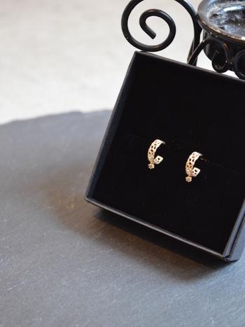 上品でロマンティックな雰囲気の「別注Lace Pierce」も、MAISON RUBUS.に特別にオーダーしたスペシャルなアイテム。ヴィンテージレースを象った繊細なデザインと、動くたびに揺れる美しいダイヤモンドが印象的です。自分へのご褒美としてはもちろん、大切な方への贈り物にもおすすめですよ。