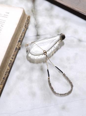 天然石を贅沢に使用したこちらの「skin bracelet」も、繊細な美しさが際立つハンドメイドのアクセサリーです。光を受けて神秘的に輝くラブラドライトが、女性の手元をエレガントに演出してくれます。「skin long necklace」と組み合わせると、より統一感のあるおしゃれなコーディネートを楽しめますよ。