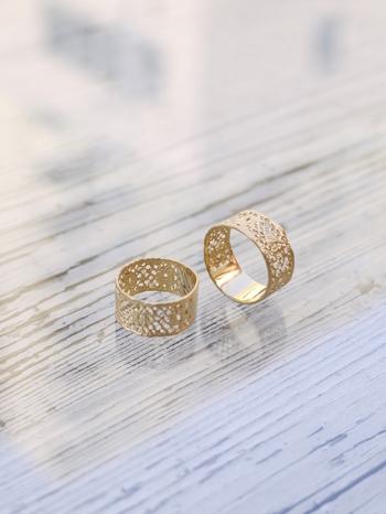 ネックレスやピアスと一緒に身につけたいのは、エレガントで優美なデザインの「別注Lace Ring」。ゴールドの上品な光沢が指先を美しく見せてくれます。フランスのアンティークレースをモチーフにした素敵なジュエリーで、洗練された大人のおしゃれを楽しんでみませんか?