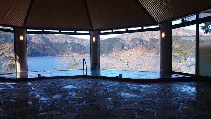 こちらは男湯からの風景。湯船に浸かって眺める芦ノ湖と富士山は絶景のひと言です。女湯・男湯ともに露天風呂もあり、また女性専用の湯休み処やパウダールームも完備しているので、女性同士の日帰り温泉旅にもおすすめですよ。