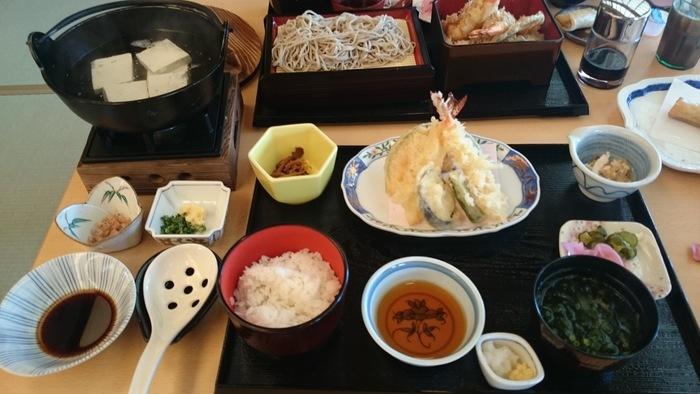 お食事は龍宮殿本館内にあるお食事どころ「富士」でランチをいただきましょう。こちらは「箱根姫の水たま肌もめん湯豆腐御膳」。揚げたての天ぷらに舌鼓。温泉に入り、湯豆腐をいただけば、身体の芯から温まりそう。