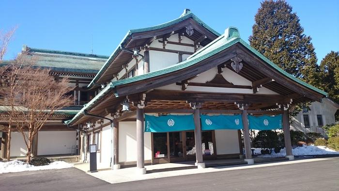 元箱根にある「龍宮殿本館」は、日帰りでも温泉を楽しみたい方にぴったりの施設。箱根十七湯の中で、いちばん新しい蛸川温泉を源泉としています。平等院をイメージして作られた建物にも注目です。