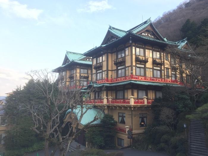 1878年に日本初の本格的リゾートホテルとして開業した「富士屋ホテル」。1936年建造のこの花御殿など、和風意匠の建築や内装が特徴的です。ホテルの本館、花御殿、一号館、二号館、西洋館などが国の登録有形文化財に指定されています。(※2020年夏頃(予定)まで、耐震補強改修工事のため休業しています。)