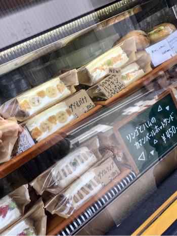 季節によって時間が異なりますが、午前と午後の2回、作りたてのサンドイッチが店頭に並びます。 パンは果物をフィリングするために表参道で特別に焼かれたものが使われているそう。