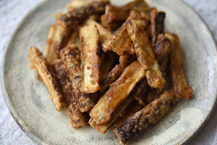 ごぼうがもつ濃厚な味わいは、油との相性もよく、ごぼうの揚げ物は、おかずにもおつまみにもぴったり。ごぼうに下味をつけてから片栗粉をまぶして揚げます。仕上げに漬けだれをさっとまわしかけるのが味の決め手だとか。