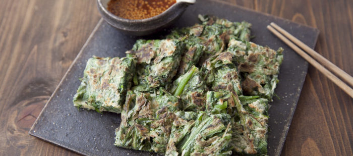たっぷりの春菊を使った、冬のチヂミ。薄力粉に片栗粉を混ぜて、もちもちに仕上げます。へらで押さえながらカリッと焼くのが、おいしさのコツだとか。春菊の個性的な味わいが引き立つ料理です。