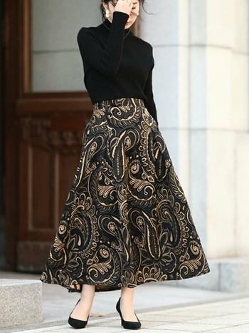 エフォートレスシックなコーデに大切なのは「抜け感」! ふわりと揺れるペイズリー柄スカートに上品なアクセサリーと黒のパンプスをチョイスしたことで、クールさとフェミニンさを兼ね備えた理想の大人の女性を演出。