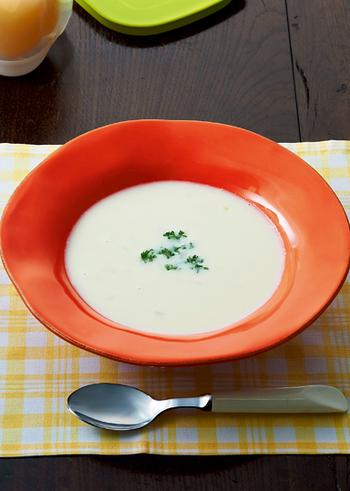 カリフラワーと豆乳を使って、雪のように白いスープはいかが?ブレンダーにかけることでクリーミーに。さまざまな香味野菜などが使われていますので、栄養も豊富です。