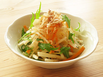 歯切れのいいい食感が人気の大根サラダ。シャキシャキ感を生かすために、繊維に沿って縦に切ったり、冷水にさらすのもポイントです。コツを押さえれば、ひと味もふた味も違う大根サラダができあがります。