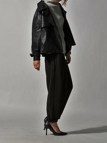ストライプのサルエルパンツにライダースデザインのジャケットを合わせることで、かっこよさと女性らしいモダンな美しさを両立。都会的なエフォートレスシックコーデの出来上がり♪