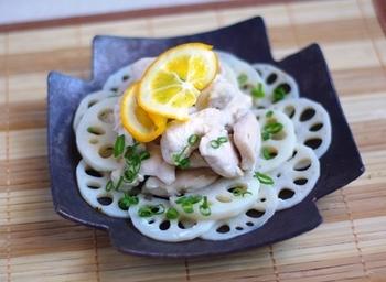 れんこんに鶏ささみやレモンをのせて、フライパンで蒸し焼きに。簡単な料理ですが、ささみがパサつかずジューシーに仕上がり、風味も爽やか。時間のないときにもおすすめです。