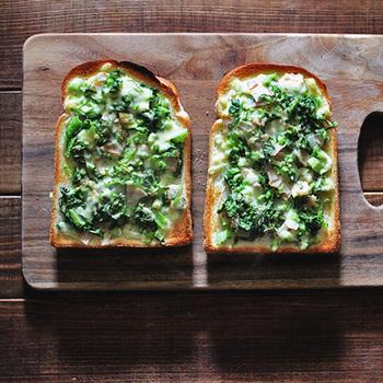 くせがない小松菜は、手間をかけずにこんな使い方も。小松菜を生のまま刻み、チーズやハムといっしょにパンにのせてトーストします。時短で、栄養満点の朝食のできあがり!健康的な色合いとおしゃれさも魅力ですね。