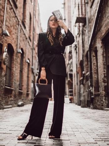 レディライクなジャケットには、リラックス感とモードテイストが加わったワイドスラックスを合わせることで、フォーマルすぎない、余裕のある大人女性の品格が生まれます。
